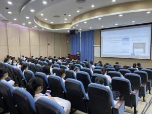 澳大健康科學學院的生物醫藥講座培養本地高中生的科學精神
